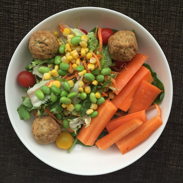 Lunch; Vegan Salad Bowl with falafel, carrot and hummus http://psychologyfoodandfitness.blogspot.co.uk/2016/08/what-i-eat-in-day-2-vegan-ft-flora.html