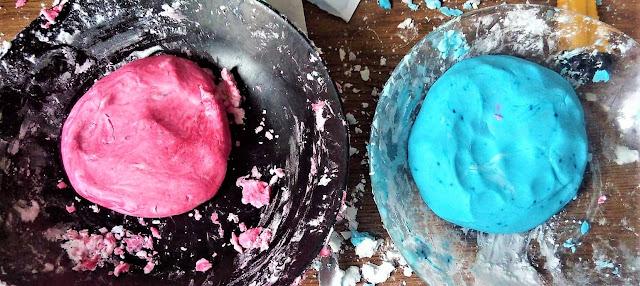 DIY dla dzieci: Aksamitna, szybka i tania ciastolina domowej roboty