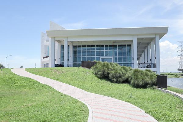 彰化自然生態教育中心「白色海豚屋」位於慶安水道旁,網美打卡點
