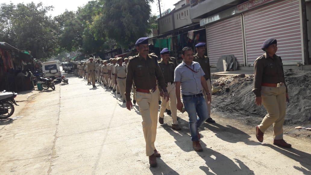 निर्वाचन हेतु पुलिस बल द्वारा फ्लेग मार्च किया