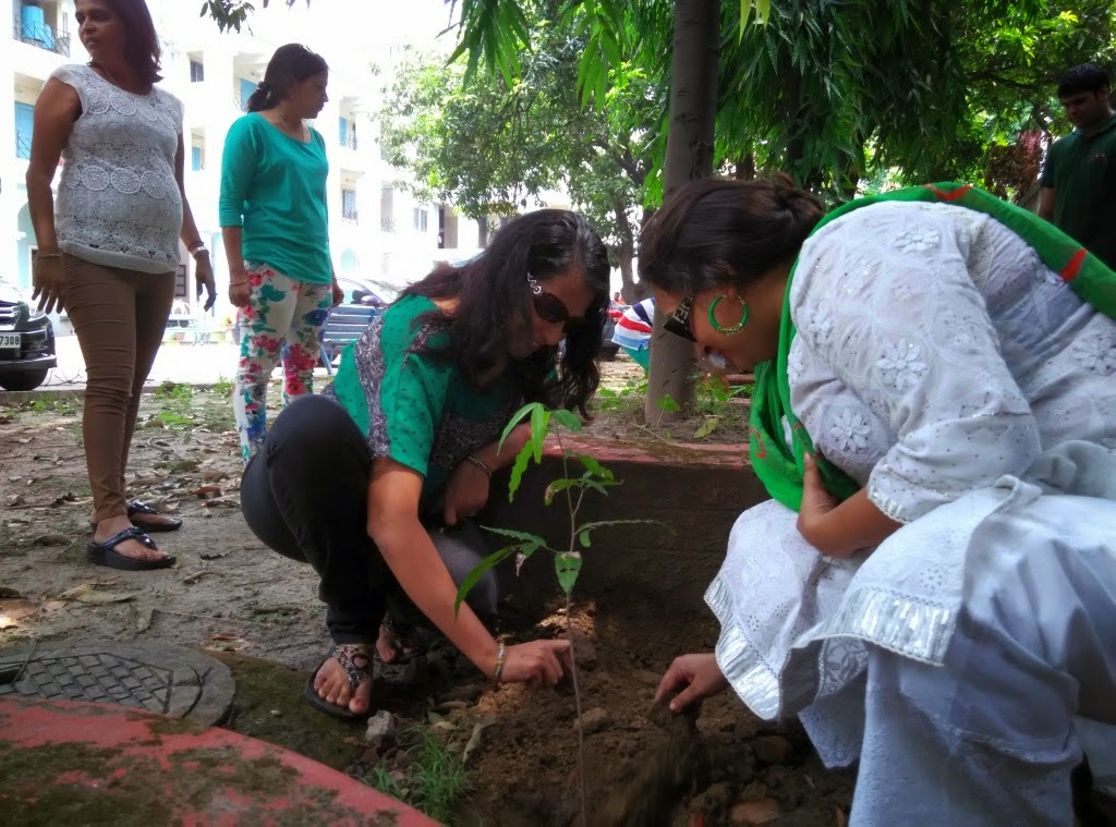 Neetu Bajaj, Rachna Virmani, Madhu Agarwal, Rachna Agawal and members of Inner Wheel Club Metro Maidan Kolkata planring Ashoka Trees on Earth Day 2015