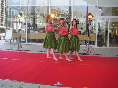 赤と緑の衣装のフラダンス