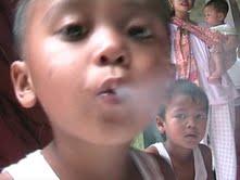 bocah unik hobi perokok