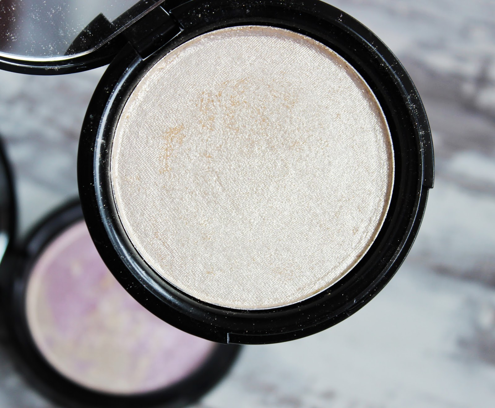 Phee's Makeup shop Glow highlighter review