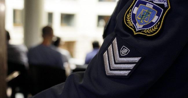 Αστυνομικός είχε αναρτήσει εικόνες και την Ελληνική σημαία στο γραφείο του – Τον μετέθεσαν!