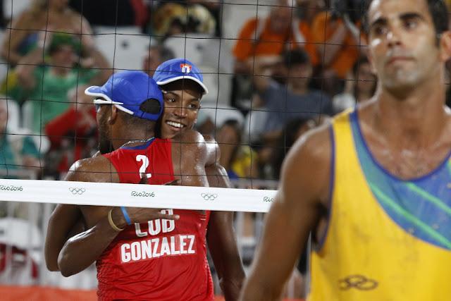 La pareja de Nivaldo Díaz (1) y Sergio González de Cuba, se enfrenta a la dupla de Brasil, durante la etapa eliminatoria del voleibol de playa, de los Juegos Olímpicos de Río de Janeiro, en Copacabana, Brasil,  el 7 de agosto de 2016.