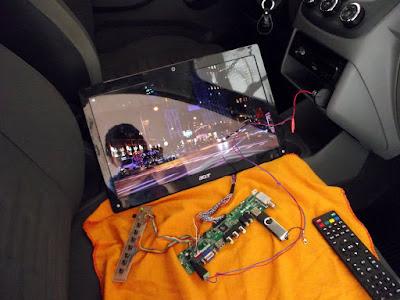 LCD de notebook ligado no carro