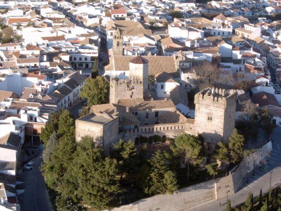 http://2.bp.blogspot.com/-pl3vtyboE-8/UcMgOfpAOoI/AAAAAAAAAD8/kgfuCJJdEWs/s1600/castillo-de-montemayor-aerea_215110.jpg
