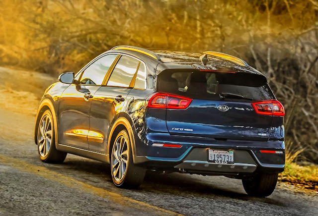 Rear 3/4 view of 2017 Kia Niro Touring