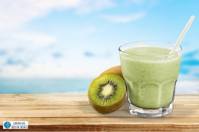 smoothie de kiwi, lechuga y espinacas