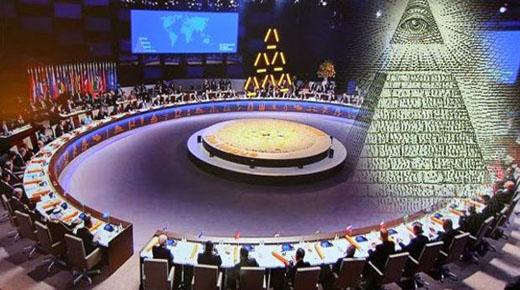 Los líderes mundiales en la Haya en la adoración de la Pirámide