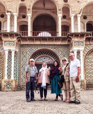 viajeros al entrada del jardín de Shahzadeh