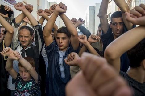 """أثارت وفاة عماد العتابي، الناشط في الحراك الشعبي بالريف، إثر إصابته في مسيرة 20 يوليوز المنصرم بالحسيمة، حنق واستنكار عديد من النشطاء والمتابعين للوضع في """"جوهرة الريف""""؛ فيما شكل رحيل الناشط الريفي دافعا لمحتجين إلى الخروج احتجاجا إلى الشوارع مجددا، بعد فترة هدنة لم تدم طويلا.  وعاشت الحسيمة، أول أمس الخميس، كرا وفرا بين القوات العمومية وبين عدد من المحتجين الذين تجمعوا في مجموعات على مستوى بعض الشوارع والأزقة، بحسب ما علمت هسبريس، في وقت أعلن فيه عدد من النشطاء انطلاق احتجاجات قالوا إنها ستتخذ شكل إحداث أصوات مزعجة بواسطة السيارات في الشوارع و""""الطنطنة"""" بضرب أواني المطبخ من فوق السطوح ونوافذ المنازل.  إلى ذلك، قالت اللجنة الوطنية لدعم حراك الريف ومطالبه العادلة إن وفاة عماد العتابي يعد """"جريمة"""" ومن """"التجليات المرعبة للفساد والاستبداد""""، على أن """"الاستمرار في اعتماد المقاربة الأمنية لقمع الاحتجاجات الشعبية السلمية أمر متجاوز يؤدي إلى المزيد من تأزيم الوضع والاتجاه بالبلاد نحو المجهول"""".  بلاغ صادر عن اللجنة، توصلت به هسبريس، أورد أن الراحل عماد العتابي """"شهيد الشعب المغربي قاطبة وهو بذلك ينضاف إلى قافلة شهداء الحرية والكرامة والديمقراطية والعدالة الاجتماعية""""؛ فيما حمّلت الدولة المغربية والحكومة """"مسؤولية قتل الشهيد عماد، وتعتبر أن مسؤولية وزير الداخلية ثابتة في مقتل الشهيد""""، مطالبة بإقالته و""""الكشف عن الحقيقة ومحاسبة جميع المسؤولين المتورطين في ارتكابها بدلا من الاكتفاء بتقديم أكباش فداء، كما وقع في قضية الشهيد محسن فكري"""".  وفي وقت جددت فيه الهيئات اليسارية المكونة للجنة مطالبتها بالإفراج الفوري عن كافة المعتقلين السياسيين، """"وعلى رأسهم معتقلو الحراك الاجتماعي الشعبي للريف""""، شددت على ضرورة الجلوس إلى طاولة الحوار مع قيادته """"حول ملفهم المطلبي العادل والمشروع""""؛ فيما أعلنت الاستمرار في دعم الحراك عبر """"توحيد النضال والاصطفاف حول مطلب الديمقراطية الكاملة وإلى إسقاط الفساد والاستبداد""""، وفق تعبير البلاغ.  العلمي الحروني، منسق اللجنة الوطنية لدعم حراك الريف ومطالبه العادلة، قال لهسبريس إن """"وفاة عماد العتابي تعيدنا إلى الوراء، خاصة وأن الدولة لم تفعل أي شيء كمبادرة ملموسة من غير مبادرة إطلاق سراح بعض النشطاء في الحسيمة والناشطة سيليا الزياني بمناسبة عيد العرش"""".  """"نسجل قلقنا البالغ، كب"""