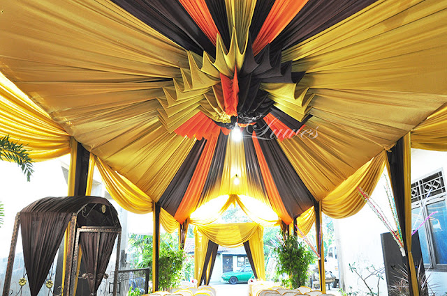 Dekorasi Tenda pernikahan VIP tertutup untuk resepsi pernikahan di rumah