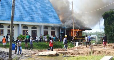 Gereja Laharoy Steirira Bintuni terbakar