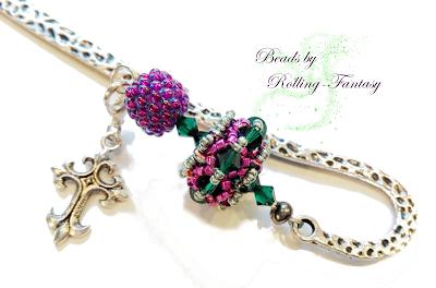 Metalllesezeichen liegend mit Charm und Beaded Bead in grün-pink