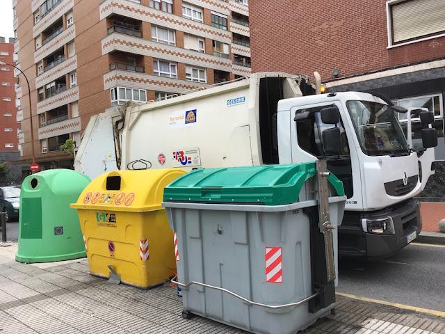 Camión de recogida de basuras en Cruces