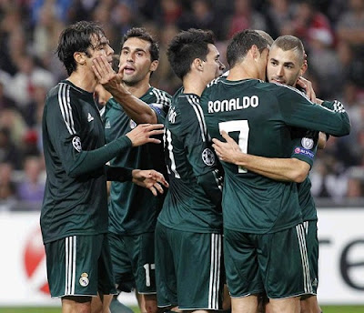 Kaka, Cristiano and Benzema clebrate a goal against Ajax, wearing the Real Madrid green jersey