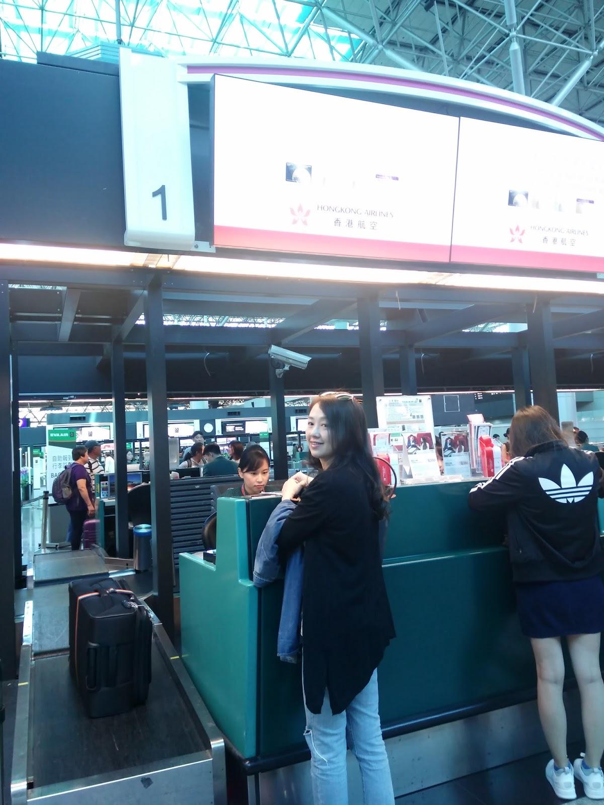 黑老闆說:香港航空在桃園國際機場第二航廈由長榮航空代辦登機劃位