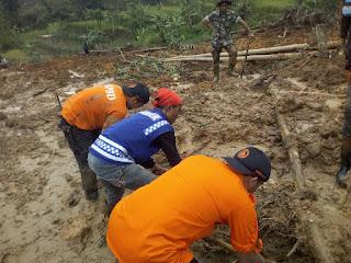 Banser KBB Bantu Evakuasi di Lokasi Longsor Sindangkerta dan Cililin 2