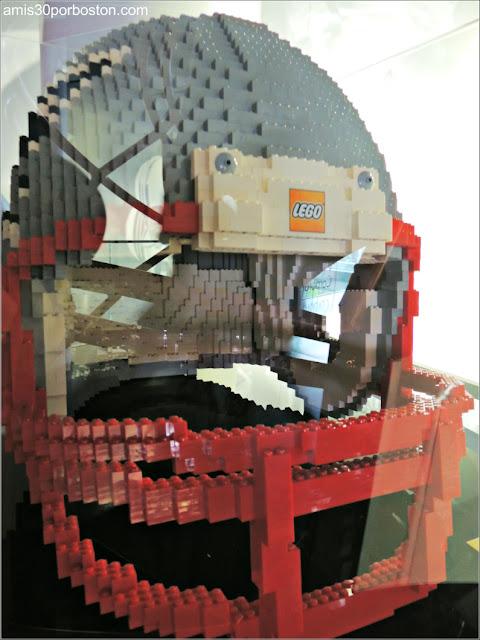 Casco de los New England Patriots construido con piezas de Lego