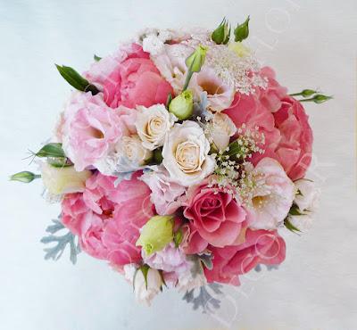 Bazsarózsa vagy pünközsdi rózsa felhasználásával készült menyasszonyi csokor