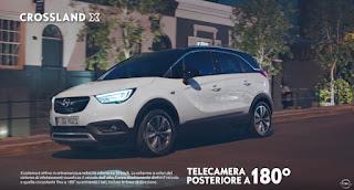 pubblicità Opel Crossland X ragazza modella bacia fidanzato