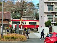 遍照院の前を通過する電車