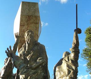 Velho de Barba Longa no Monumento ao Cooperativismo, na Praça das Flores, Nova Petrópolis