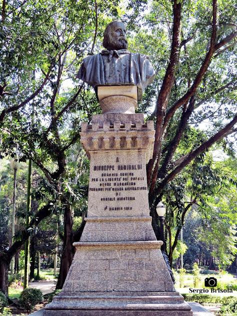 Vista ampla da Escultura Giuseppe Garibaldi - Parque Jardim da Luz - São Paulo