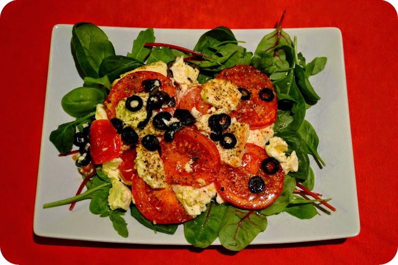 Gebackene Tomaten und Feta auf Salat