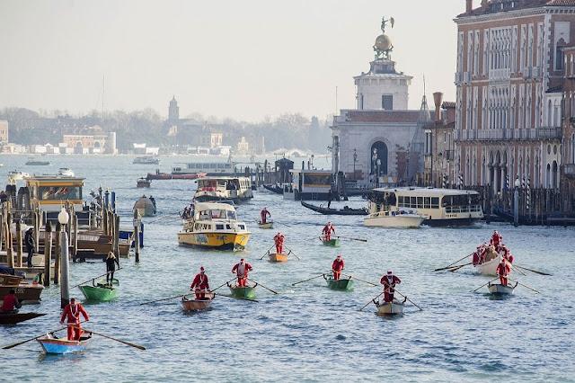 Regata do Papai Noel em Veneza
