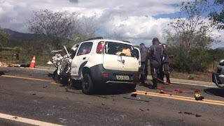 Seis pessoas morrem após batida frontal entre dois carros na BR-324