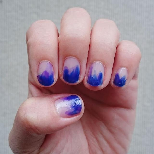 ブルーとパープルの水彩画ネイル。