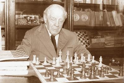 Ion Gudju frente al tablero de ajedrez