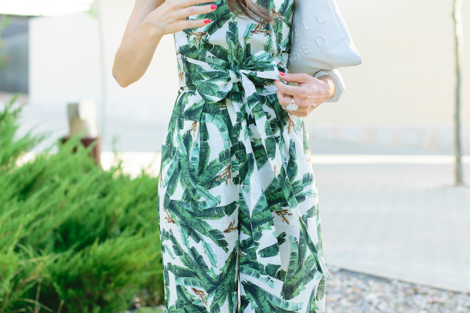 Look con jumpsuit de Mango de estampado tropical