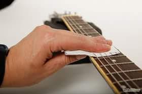 Vì sao dây đàn guitar hay bị dứt