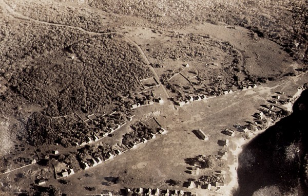 Vista aérea da vila de Barra do Riacho. Aracruz, ES, 14 de junho de 1950.