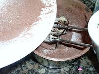 Añadiendo el azúcar glass y cacao puro a la mantequilla batida