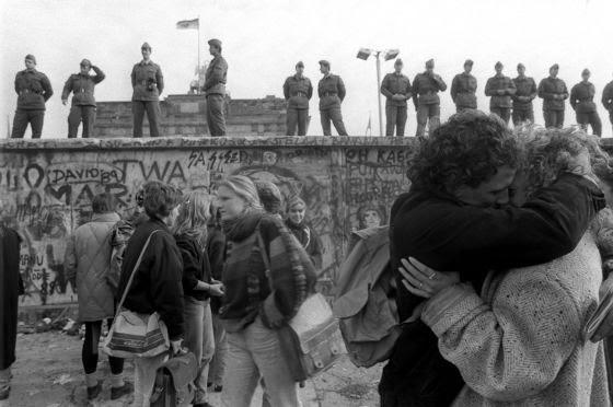 http://elpais.com/especiales/2014/aniversario-caida-muro-de-berlin/