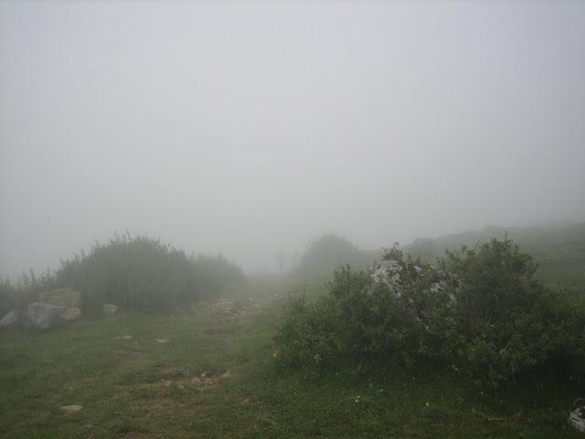 Rutas Montaña Asturias: Niebla en la subida al Portillín