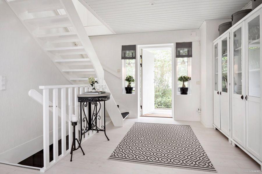 Drewniany domek w bieli i szarościach, wystrój wnętrz, wnętrza, urządzanie mieszkania, dom, home decor, dekoracje, aranżacje, scandi, styl skandynawski, scandinavian style, , przedpokój, ikea