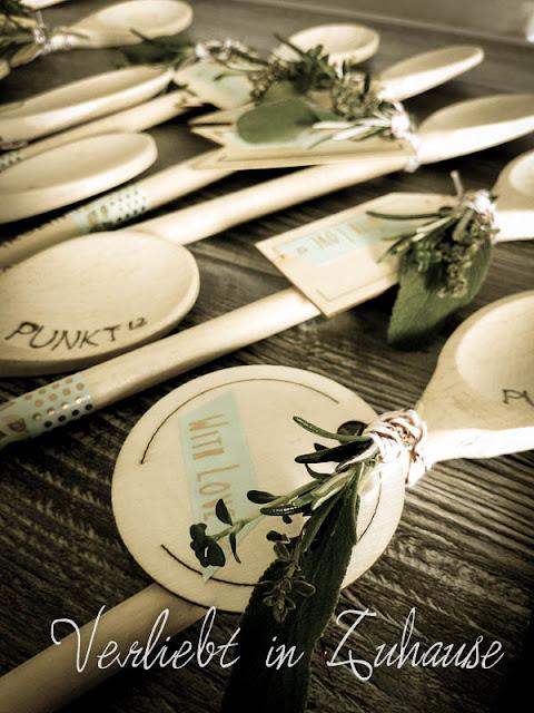 DIY -Personalisiertes Geschenk: Mit Lötkolben gravierter Holzlöffel und mit Kräutern dekoriert