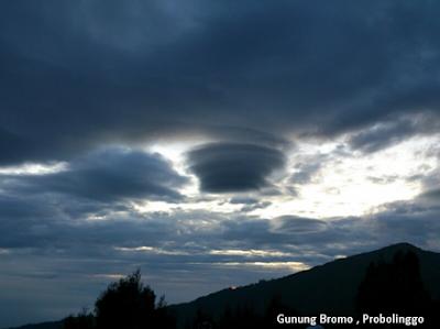 Awan Lenticular di Gunung Semeru, sebuah Fenomena Alam Biasa tapi Bahaya bagi Penerbangan