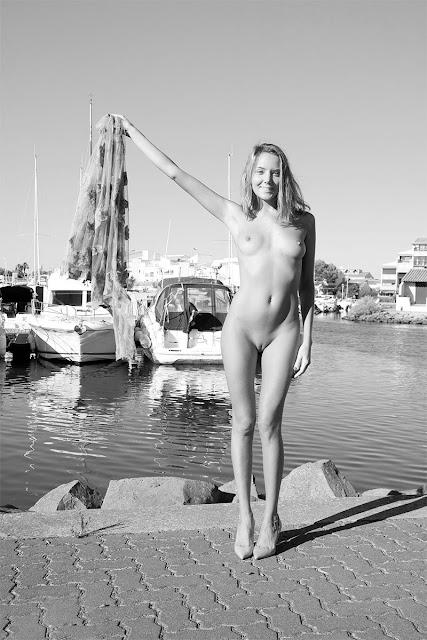 Bild av en sensuell nakenmodell i en exotisk marina