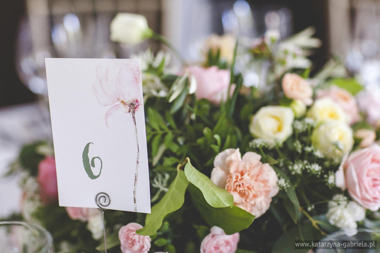 Kwiaty na wesele, Śluby międzynarodowe, Polsko Francuskie wesele, Ślub Cywilny w plenerze, Ślub w stylu francuskim, Romantyczny ślub, Wesele w Pałacu Goetz, Zagraniczni goście na weselu, Francuska inspiracja ślubna, Blog o ślubach, Najpiękniejsze śluby w Polsce.