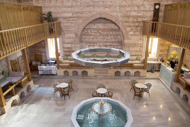 Sau một ngày lạnh lẽo đi trên sườn núi, bạn hãy thư giãn trong bồn tắm kiểu Thổ Nhĩ Kỳ. Bạn có thể tẩy tế bào chết, ngâm người hay massage trong những phòng tắm ấm áp này. Hoặc bạn hãy đến Kilic Ali Pasa Hamami - nhà tắm thanh lịch, được xây dựng từ năm 1578-1583 có kiến trúc nổi bật và khu vực phòng chờ thoải mái.
