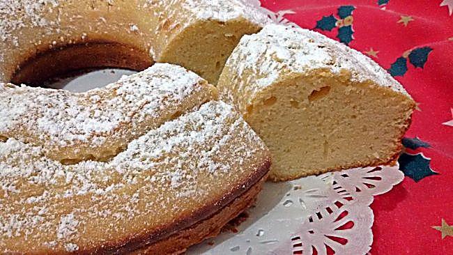 Corte del bizcocho de nata y chocolate blanco