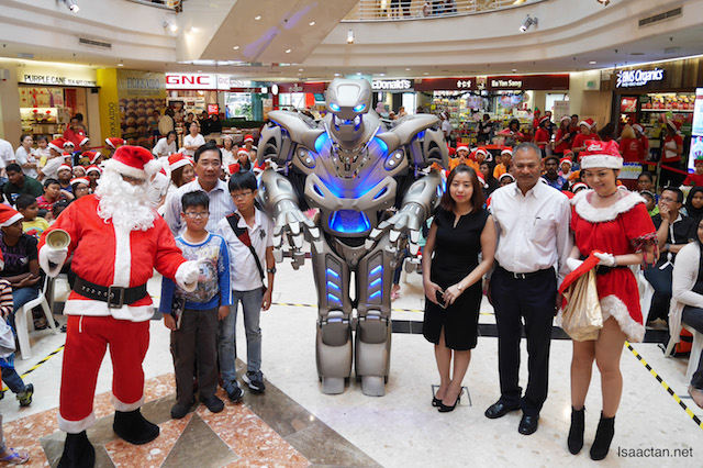 A group picture with Titan the Robot