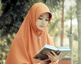 Foto wanita cantik berhijab sedang mengaji